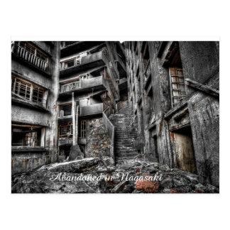 Edificio abandonado en la postal de Japón