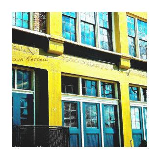 Edificio amarillo inclinado impresiones en lienzo estiradas