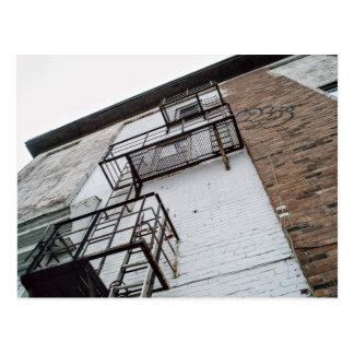 Edificio con las salidas de incendios y la pintada postales