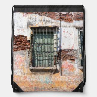 Edificio dañado viejo mochila
