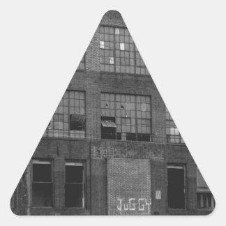 Edificio de fabricación abandonado pegatina triangular