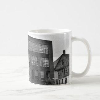 Edificio de fabricación abandonado taza de café