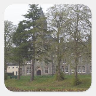 Edificio de la abadía del St Benedicto en la Calcomanías Cuadradass