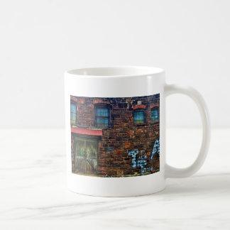 Edificio de ladrillo abandonado de la pintada taza