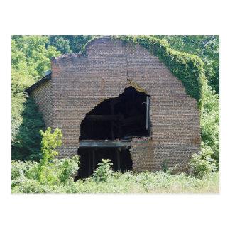 Edificio de ladrillo que desmenuza con una sección tarjetas postales