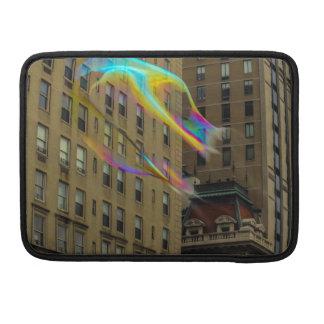 Edificio de Nueva York con las burbujas flotantes Funda Para Macbooks