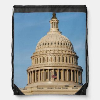 Edificio del capitolio tirado en la oscuridad mochilas