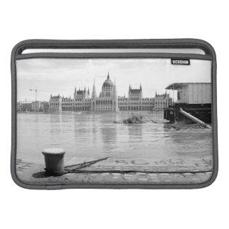 Edificio húngaro del parlamento a través del río funda  MacBook