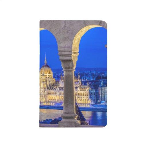 Edificio húngaro del parlamento en la oscuridad cuadernos grapados