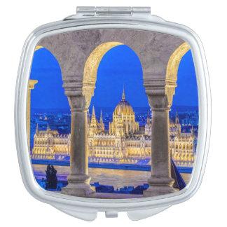 Edificio húngaro del parlamento en la oscuridad espejos para el bolso