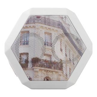 Edificio parisiense romántico, foto en colores altavoces bluetooth blancos boombot REX