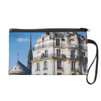 Edificio parisiense y Notre Dame