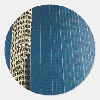 Edificio reflejado pegatina redonda