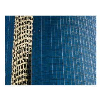 Edificio reflejado postal