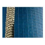 Edificio reflejado postales