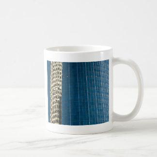 Edificio reflejado taza de café