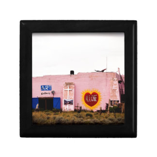 Edificio rosado del estuco del arte del sudoeste joyero cuadrado pequeño