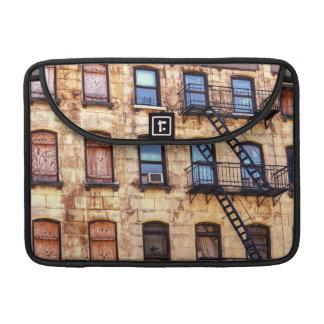 Edificio rústico de Nueva York Fundas Macbook Pro