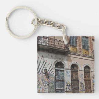 Edificio viejo con la pintada y las puertas de los llavero cuadrado acrílico a doble cara