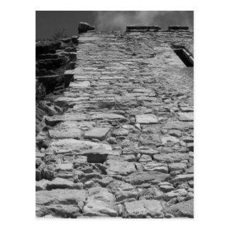 Edificio viejo. Pared de piedra alta Tarjeta Postal