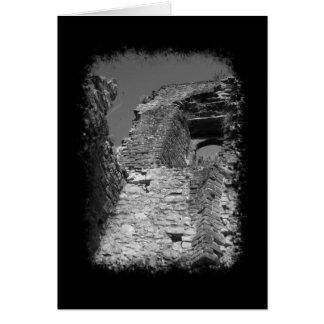 Edificio viejo. Paredes de piedra con la ventana Tarjeta Pequeña