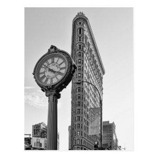 Edificio y reloj de Flatiron en 2 blancos y negros Postal