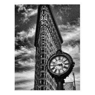 Edificio y reloj de Flatiron en blanco y negro Postal