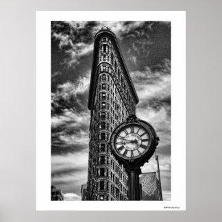 Edificio y reloj de Flatiron en blanco y negro Póster