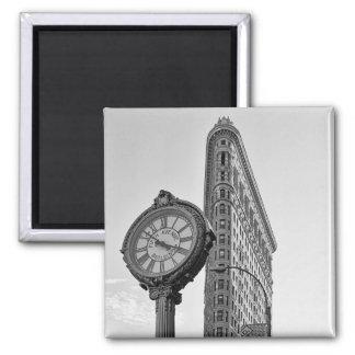 Edificio y reloj de Flatiron en el blanco negro 2 Imán Para Frigorífico