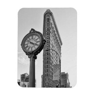 Edificio y reloj de Flatiron en el blanco negro 2 Imanes