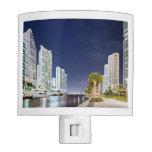 Edificios a lo largo del río Riverwalk de Miami
