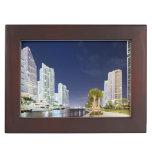 Edificios a lo largo del río Riverwalk de Miami Cajas De Recuerdos