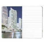 Edificios a lo largo del río Riverwalk de Miami Cuaderno Grapado