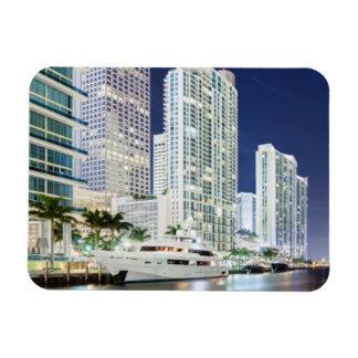 Edificios a lo largo del río Riverwalk de Miami Imán