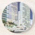 Edificios a lo largo del río Riverwalk de Miami Posavasos Diseño