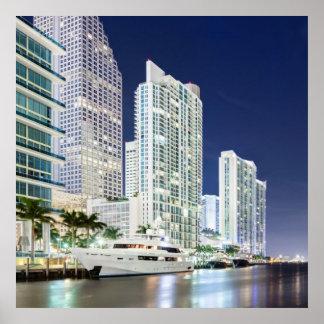 Edificios a lo largo del río Riverwalk de Miami Póster