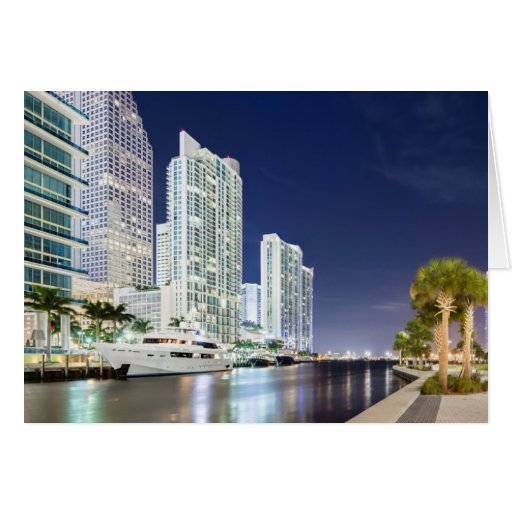 Edificios a lo largo del río Riverwalk de Miami Tarjeton