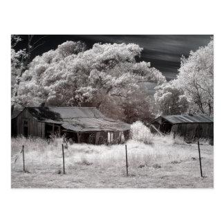 Edificios agrícolas abandonados escénicos postal