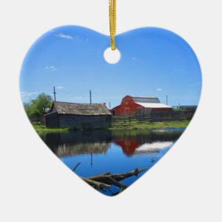 Edificios agrícolas y charca adorno navideño de cerámica en forma de corazón