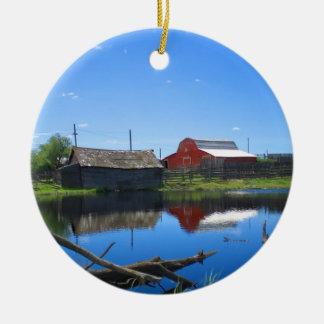 Edificios agrícolas y charca adorno navideño redondo de cerámica