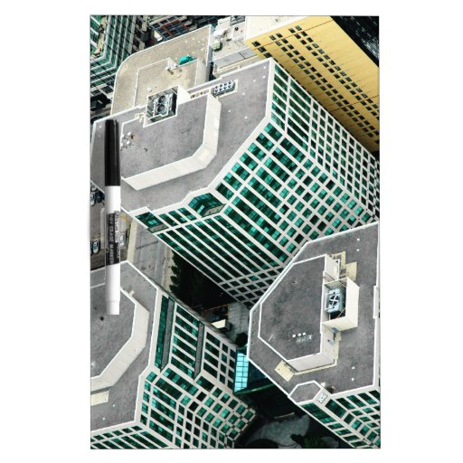 Edificios altos pizarra blanca