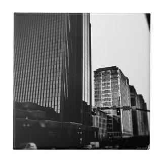 Edificios céntricos, negro y blanco de la ciudad azulejo cuadrado pequeño