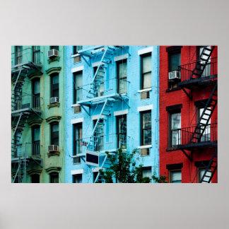 Edificios coloridos con el poster de las salidas d