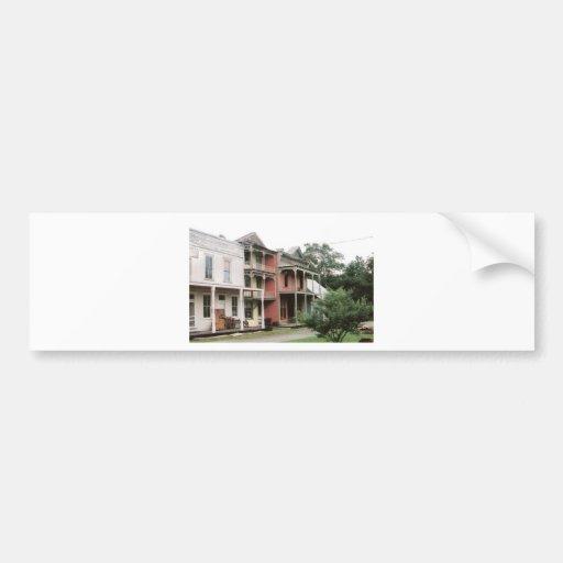 Edificios coloridos del pueblo fantasma etiqueta de parachoque