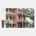 Edificios coloridos del pueblo fantasma etiquetas