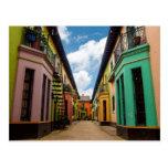 Edificios coloridos históricos postal