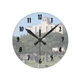 Edificios de los árboles n de West Palm Beach la F Reloj Redondo Mediano