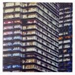 Edificios de oficinas en la noche, Singapur Azulejo Cuadrado Grande
