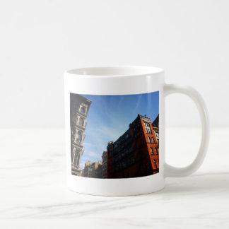 Edificios de Soho contra un cielo azul Tazas De Café