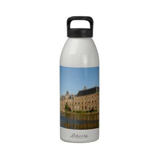 Edificios holandeses del parlamento reflejados en botellas de beber